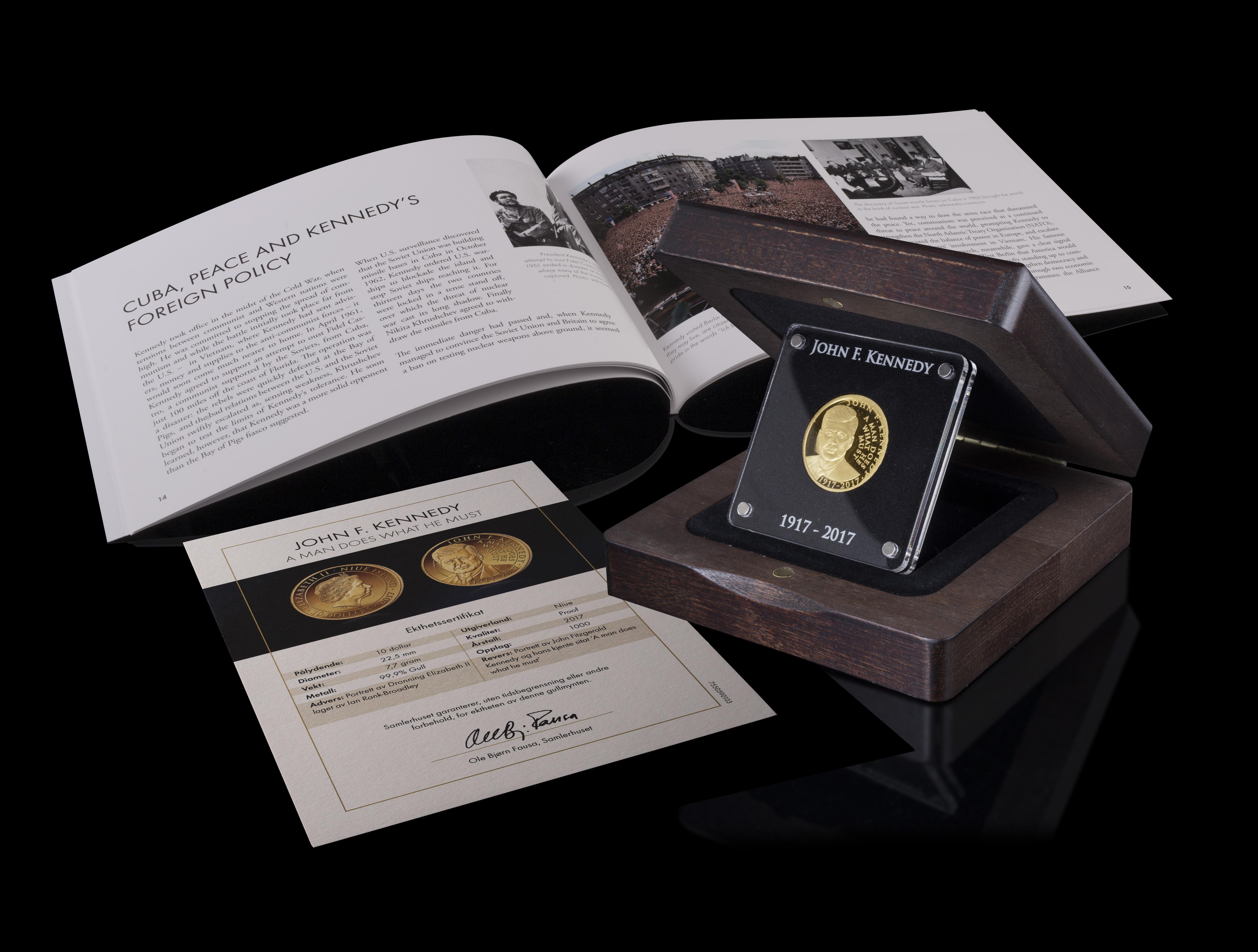 Mynten leveres i et spesiallaget skrin og historiehefte om John F. Kennedy.