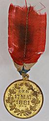 denne medaljen er bevart med båndet nesten helt intakt.