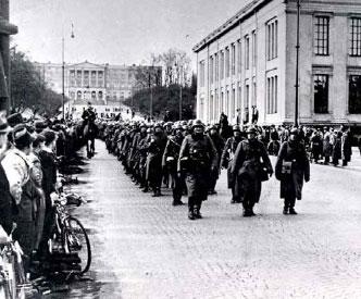 Tyskerne marsjerer oppover Karl Johans gate i 1940.