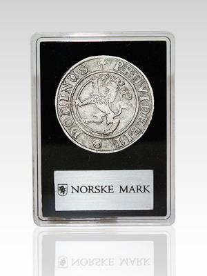 Våre norske marker i sølv leveres i en spesialdesignet kapsel med logo, slik at du kan være helt sikker på at din mark mynt har blitt kvalitetssikret av våre eksperter.